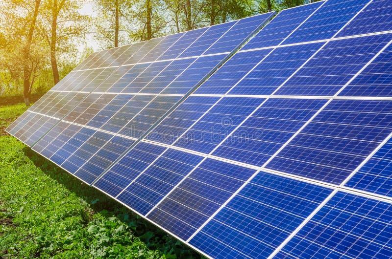 Het zonnepaneel veroorzaakt groene, milieuvriendelijke energie van de zon royalty-vrije stock afbeeldingen