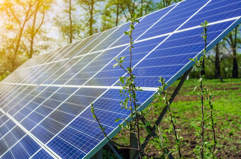 Het zonnepaneel veroorzaakt groene, milieuvriendelijke energie van de zon stock fotografie