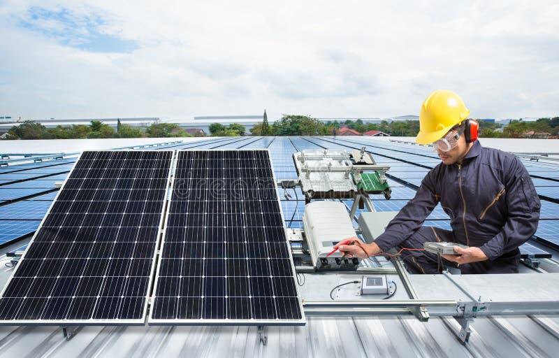 Het zonnepaneelmateriaal van het ingenieursonderhoud op fabrieksdak stock afbeelding
