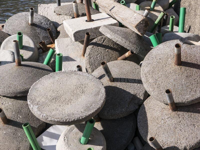 Het zonneschermbasissen van het cementstrand in een hoop hoogste mening die worden gedumpt stock fotografie