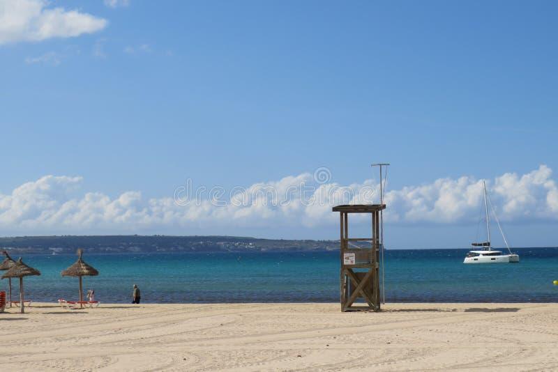 Het het zonoverzees en zand zitten stil lettend op de golven royalty-vrije stock afbeeldingen