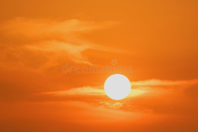 Het zonsonderganglandschap, bezinning van hemel, majestueuze zonsondergang zet op royalty-vrije stock afbeelding