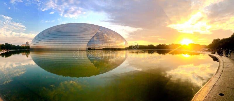 Het zonsondergangpanorama met de Nationale Uitvoerende kunsten centreert vroeger in Peking het Nationale Grote Theater van Peking royalty-vrije stock fotografie