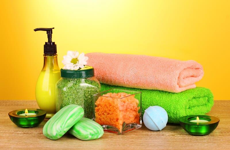 Het zout, de zeep en de handdoek van het bad stock afbeeldingen