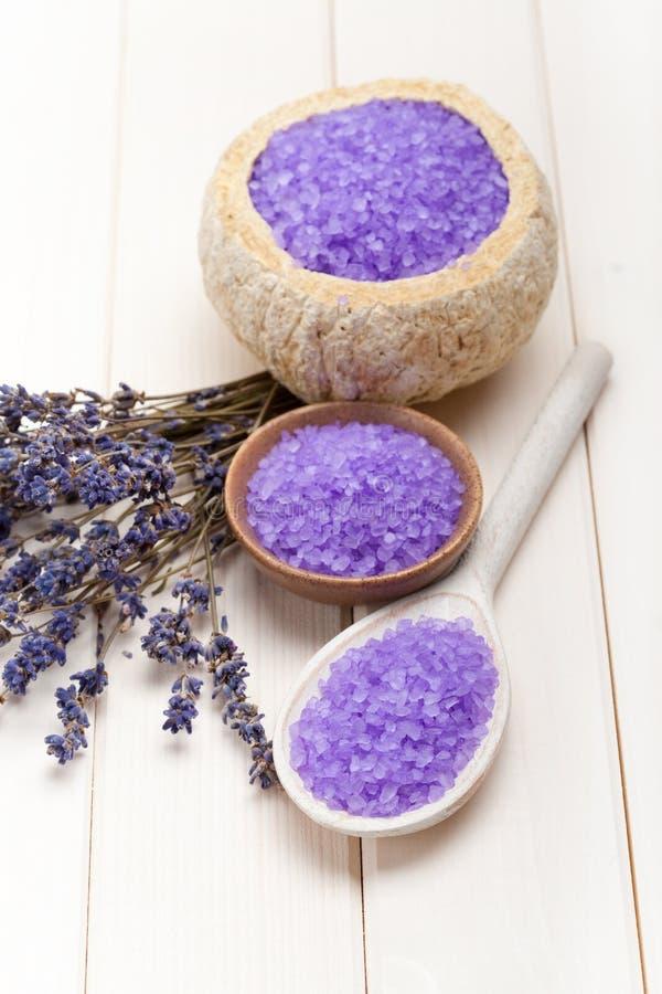 Het zout van de lavendel op houten lepel stock foto