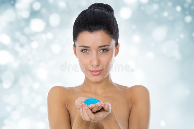 Het zout van de meisjesholding in een badkamers stock foto