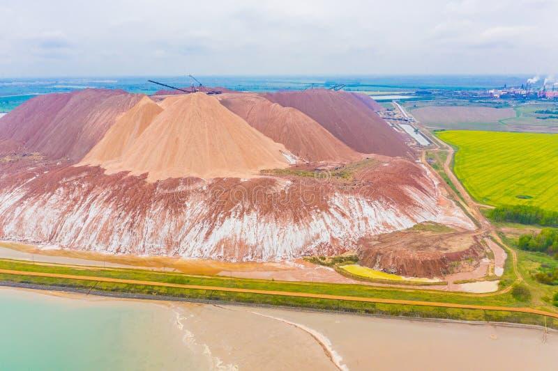 Het zout van het mijnbouwkalium in Witrussisch, luchtlandschap Uitgravingsproc?d? royalty-vrije stock afbeelding