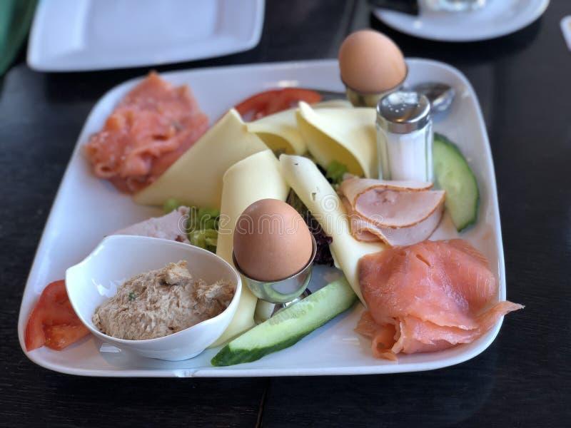 Het zout van Tunfisch van het ontbijtei royalty-vrije stock foto's