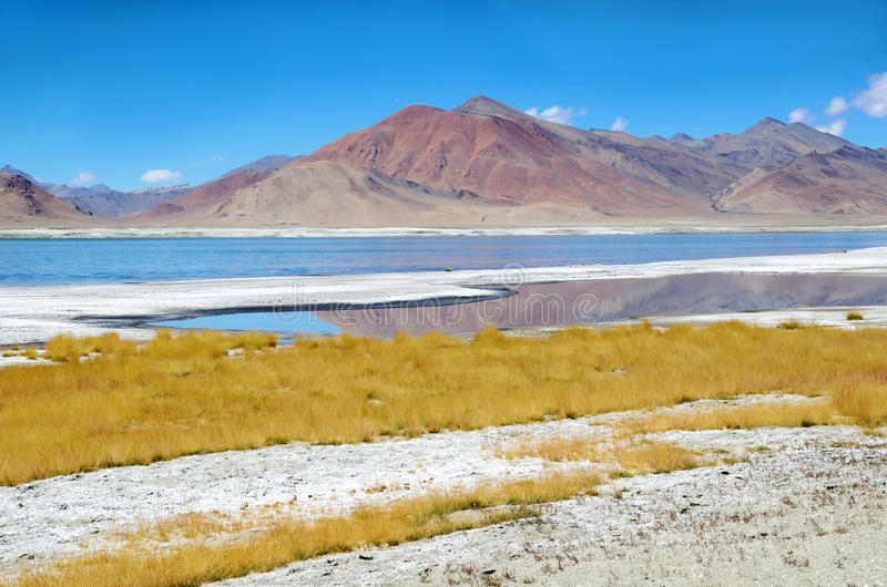 Het zoute meer van Himalayagebergte stock afbeeldingen