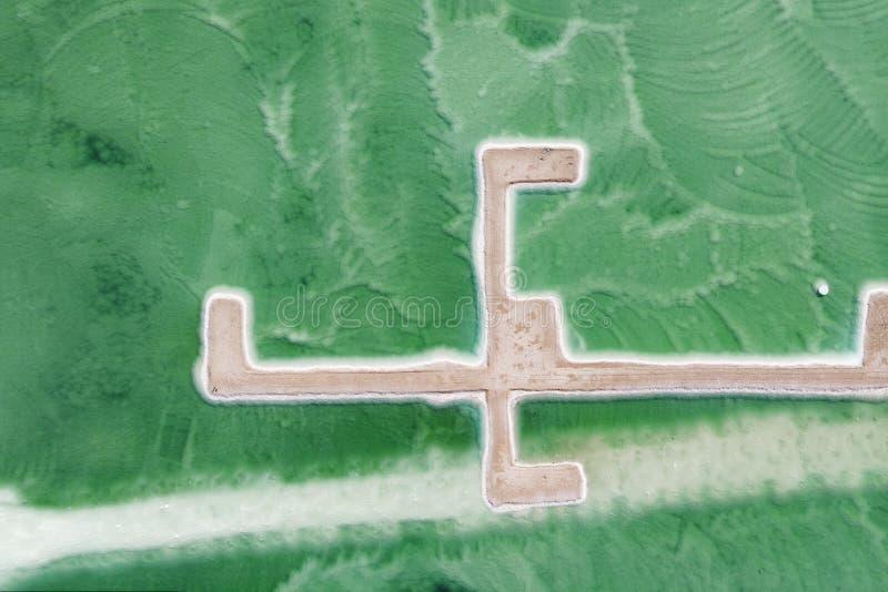 Het zuidelijke deel van het Dode Overzees, in pools waarvan halen mineralen verdeeld is De rotsachtige kust is behandeld met wit  stock afbeeldingen