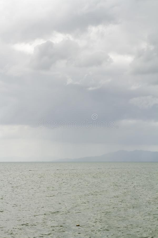 Het zuidelijke overzees van Thailand en de bergen werden gehuld in regen als achtergrond stock afbeelding