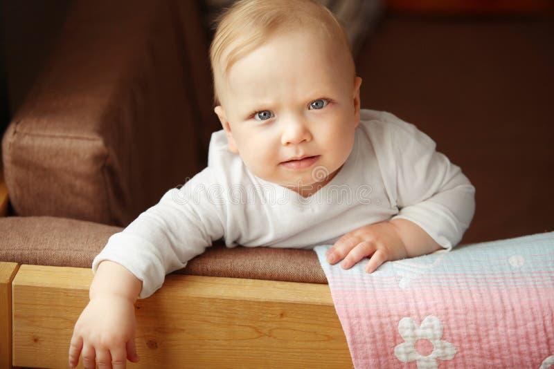 Het zuigelingskind zit op de bank royalty-vrije stock fotografie
