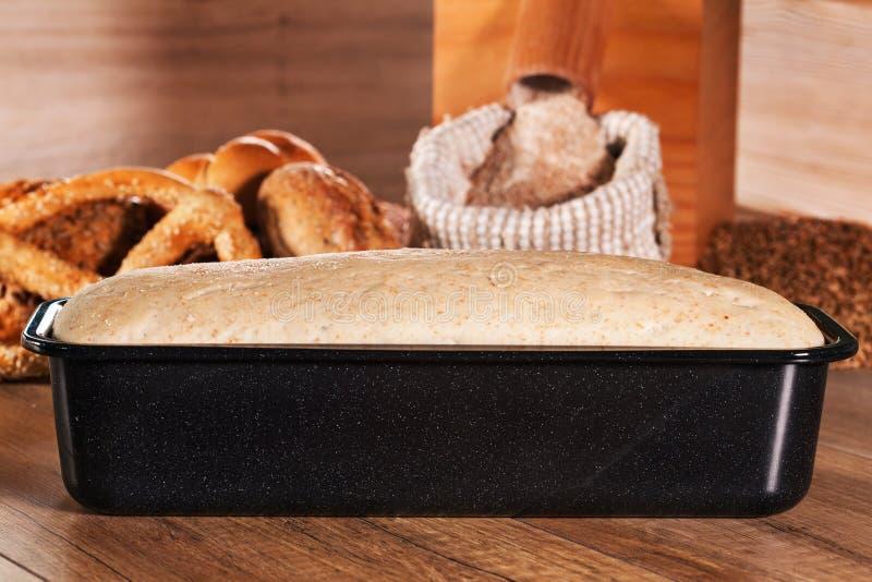 Het zuurdeeg van het brooddeeg in bakselvorm royalty-vrije stock afbeelding