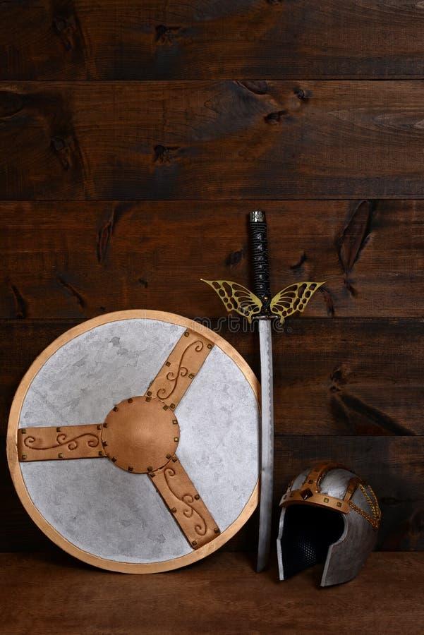 Het zwaard en de helm van het strijdersschild stock foto's