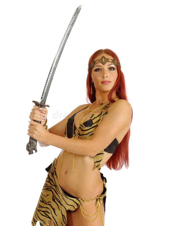 Het zwaard van de de vrouwenholding van de strijder in haar hand stock fotografie