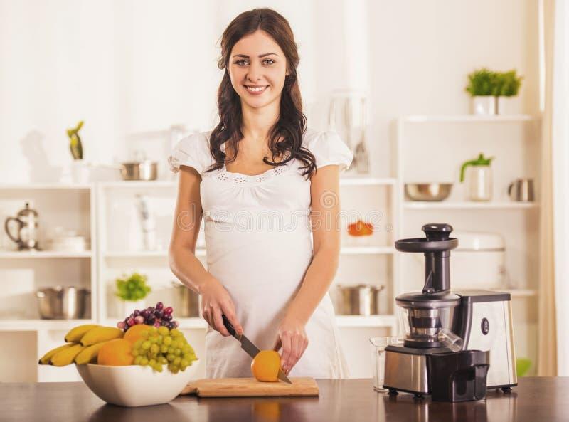 Het zwangere Jonge Vrouw Koken met Keukenmachine royalty-vrije stock fotografie