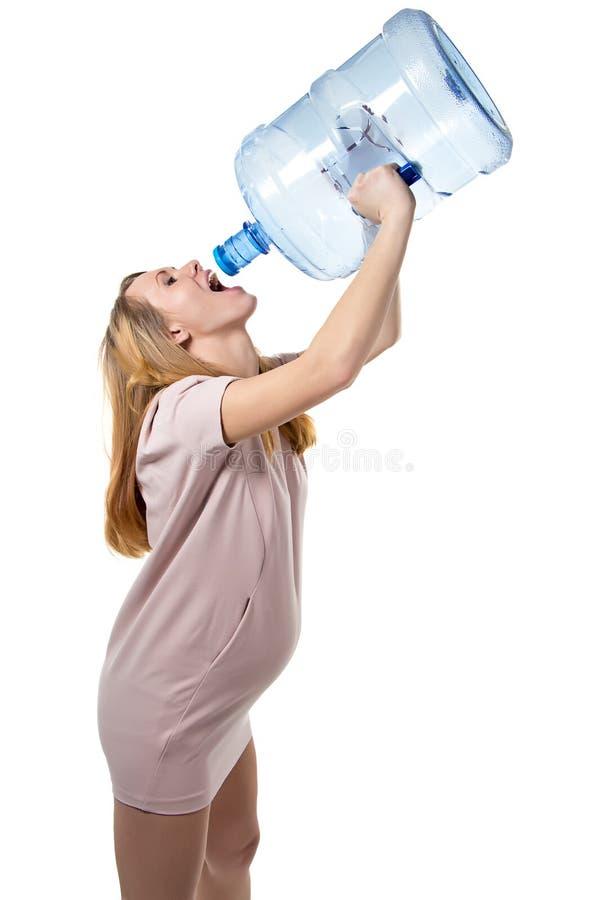 Het zwangere vrouw drinken van fles stock afbeelding