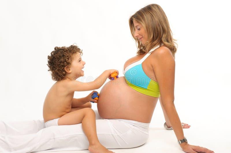 Het zwangere vrouw en zoons spelen royalty-vrije stock foto