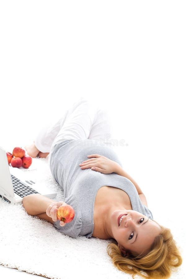 Het zwangere vrouw ontspannen op de vloer stock afbeeldingen