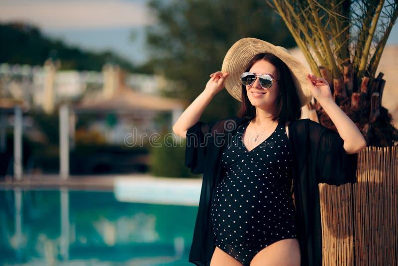 Het zwangere Vrouw Ontspannen op Vakantie door de Pool stock afbeeldingen