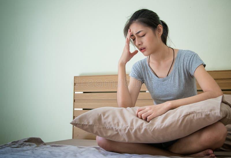 Het zwangere vrouw onwel voelen, sic lijdend aan ochtend stock afbeeldingen