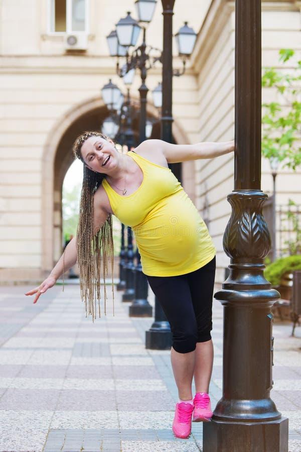 Het zwangere Vrouw Spelen royalty-vrije stock afbeelding