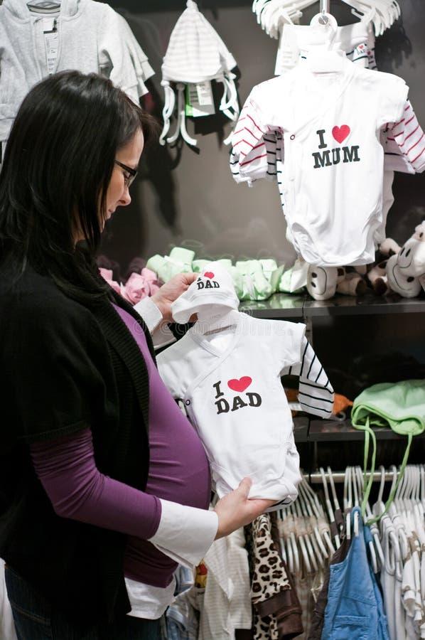 Het zwangere vrouw winkelen stock foto's