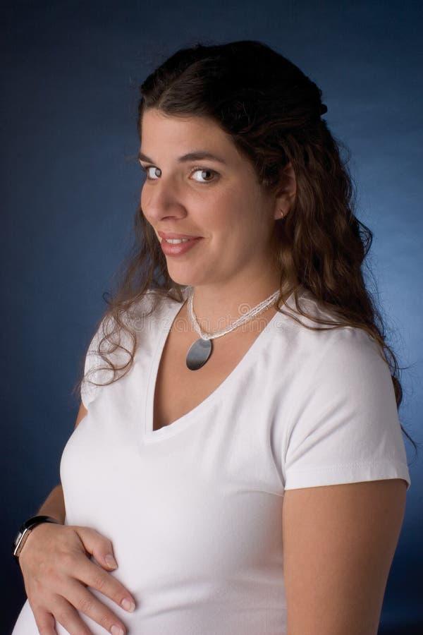 Het zwangere vrouwen glimlachen royalty-vrije stock afbeelding