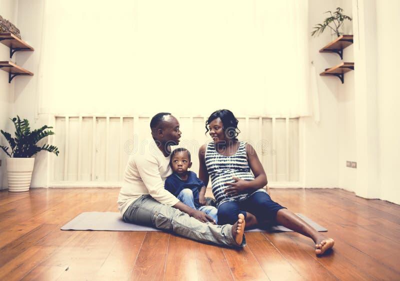 Het zwangere vrouwenleven met familie royalty-vrije stock afbeeldingen