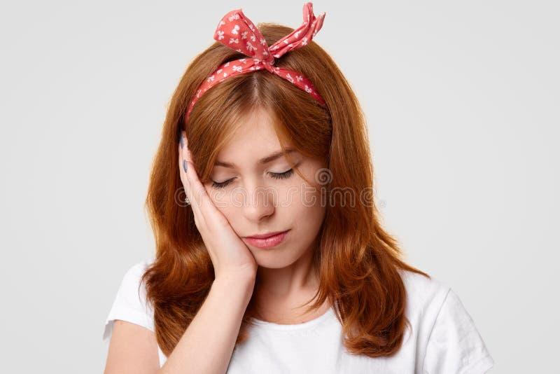 Het zware eenzame ontstemde wijfje sluit ogen en houdt hand op wang, voelt vermoeid van alles, die eenzaam zijn en bored, lijdt stock foto's