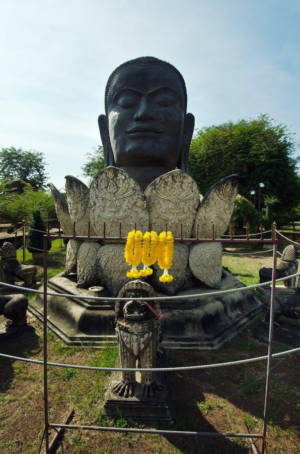 Het zwart hoofd van Boedha en lotusbloemstandbeeld in Thaise eigentijdse tempel i stock afbeeldingen