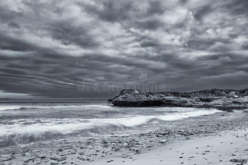 Download Het Zwart-witte Landschap Van Oceaanrotsen En Artistieke De Wolken Bedriegen Stock Foto - Afbeelding bestaande uit gebarsten, zwart: 54083904