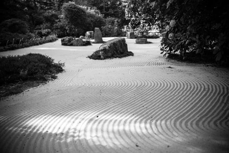 Het zwart-witte openluchtzand van de zentuin stock foto