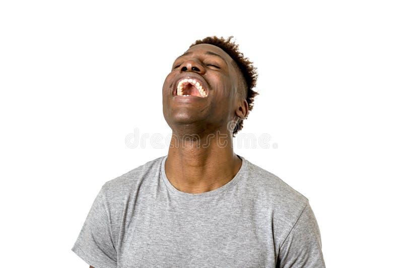Het zwarte Afrikaanse Amerikaanse mens gelukkig en opgewekt lachen geïsoleerd stock fotografie