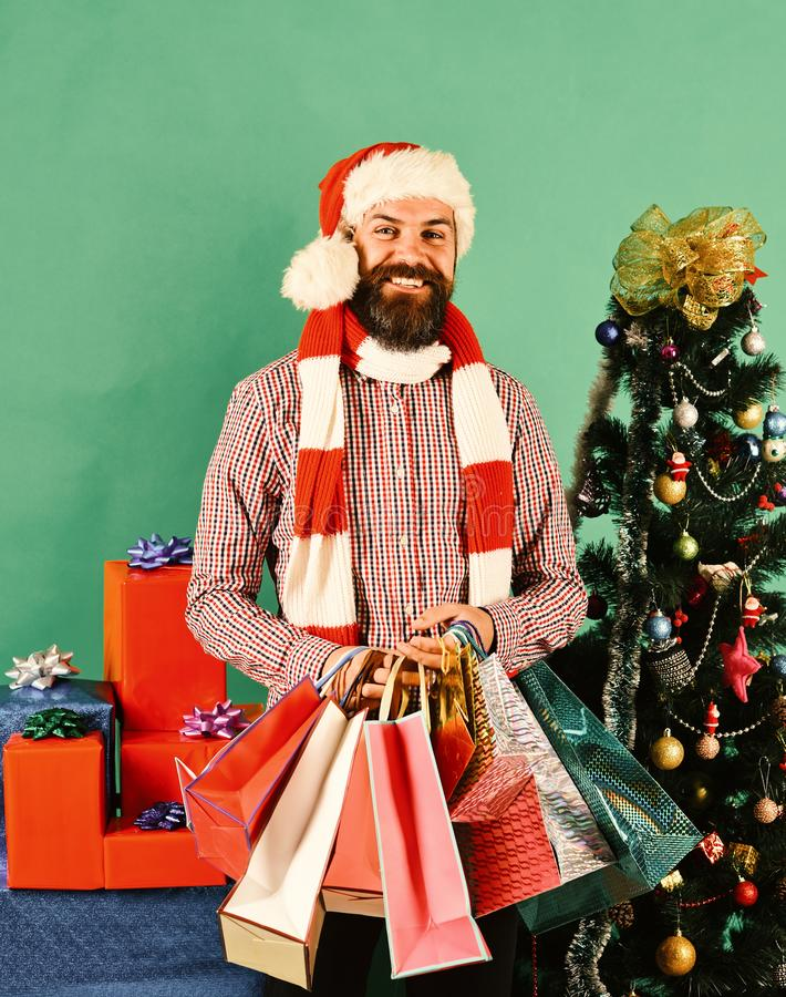 Het zwarte concept van de vrijdagverkoop Mens met baard en vrolijk gezicht royalty-vrije stock fotografie