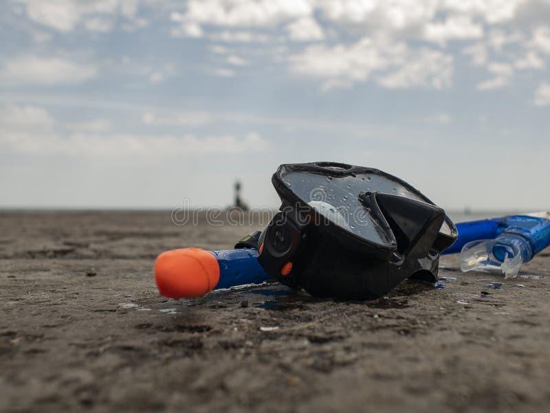 Het zwarte het duiken masker en snorkelt op een concrete pijler tegen de achtergrond van blauwe hemel en wolken royalty-vrije stock foto