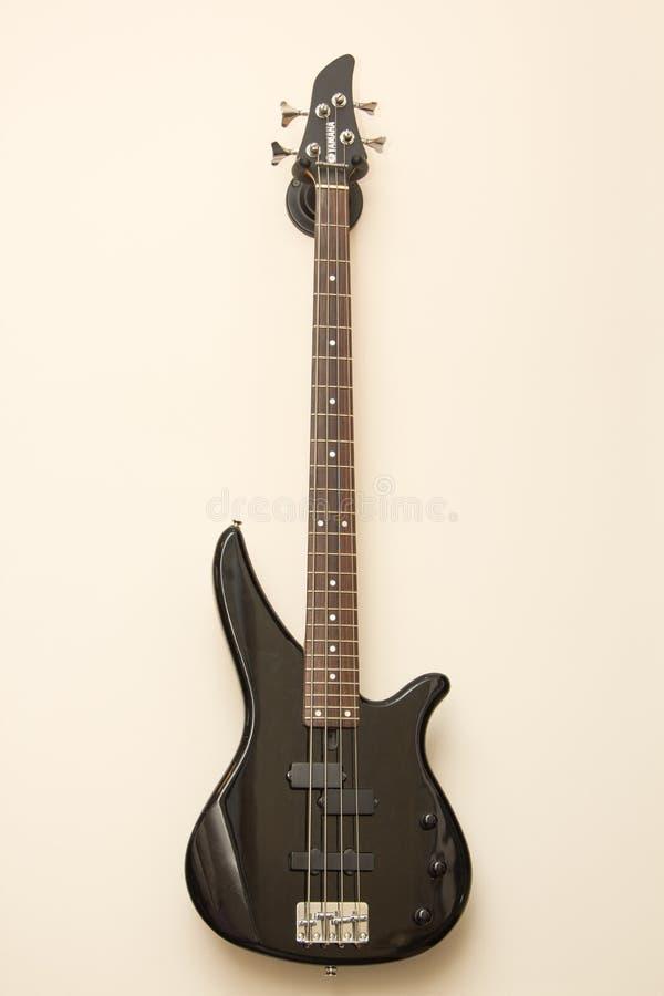 Het zwarte elektrische gitaar hangen op de muur royalty-vrije stock fotografie