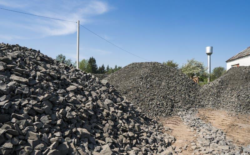 Het zwarte grint van wegstenen Rotsen voor bouw Verpletterd granietgrint, kleine rotsen royalty-vrije stock fotografie
