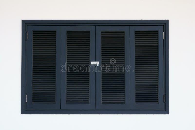 Het zwarte houten venster werd gesloten met sleutel royalty-vrije stock afbeelding