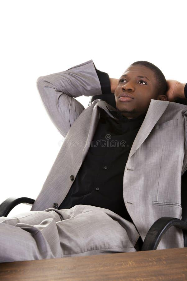 Het zwarte mens ontspannen in het bureau stock fotografie