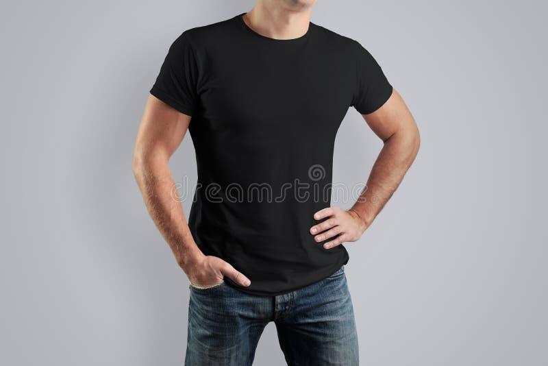 Het zwarte overhemd van Front Mockup op een kerel voor een voorbeeldontwerp royalty-vrije stock afbeelding