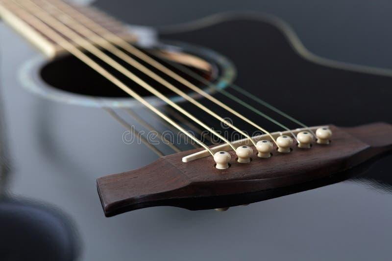 Het zwarte staal stringed gitaar stock afbeelding