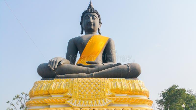 Het zwarte standbeeld van Boedha in Suphanburi, Thailand stock foto's