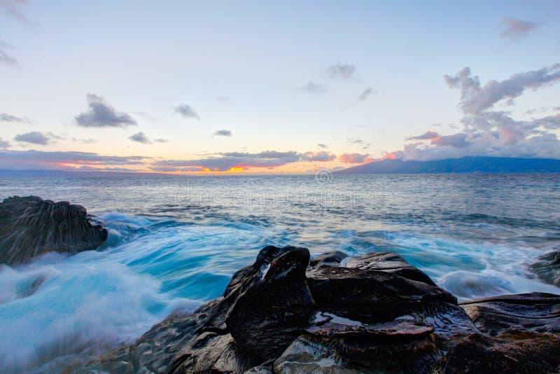 Het zwarte strand van de lavarots, weg aan Hana, Maui stock fotografie