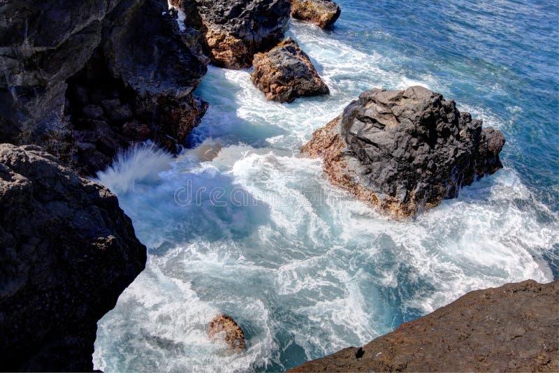 Het zwarte strand van de lavarots, weg aan Hana, Maui royalty-vrije stock afbeeldingen