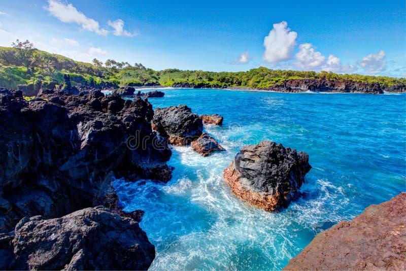 Het zwarte strand van de lavarots, weg aan Hana, Maui royalty-vrije stock foto's