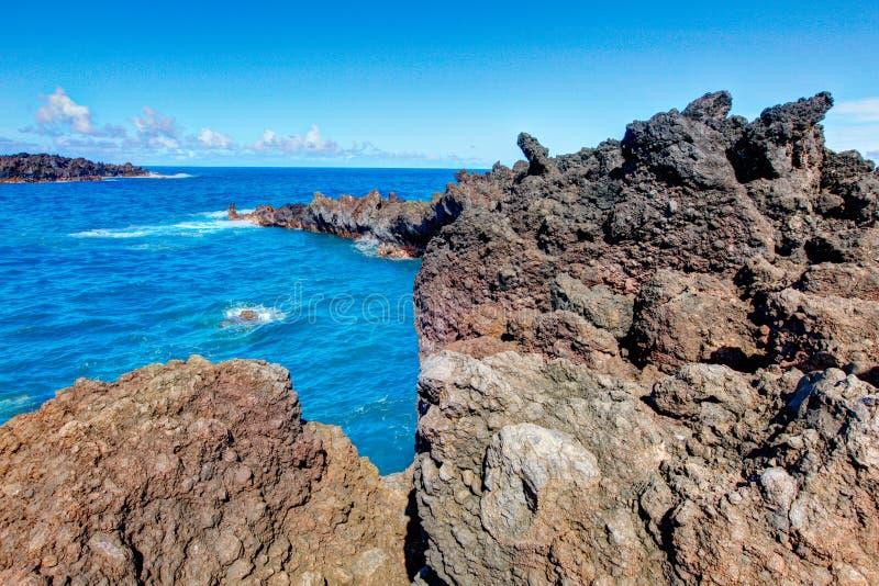 Het zwarte strand van de lavarots, weg aan Hana, Maui stock afbeeldingen