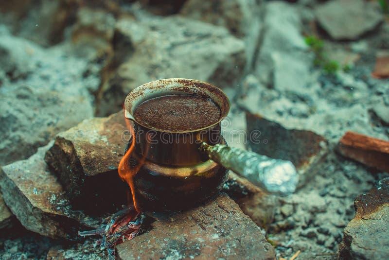Het zwarte Turkse koffie koken op de brand royalty-vrije stock afbeelding
