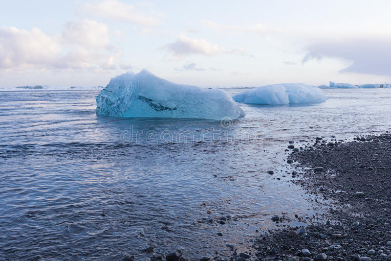 Het zwarte van het zandstrand en Ijs breken van ijsberg royalty-vrije stock foto's