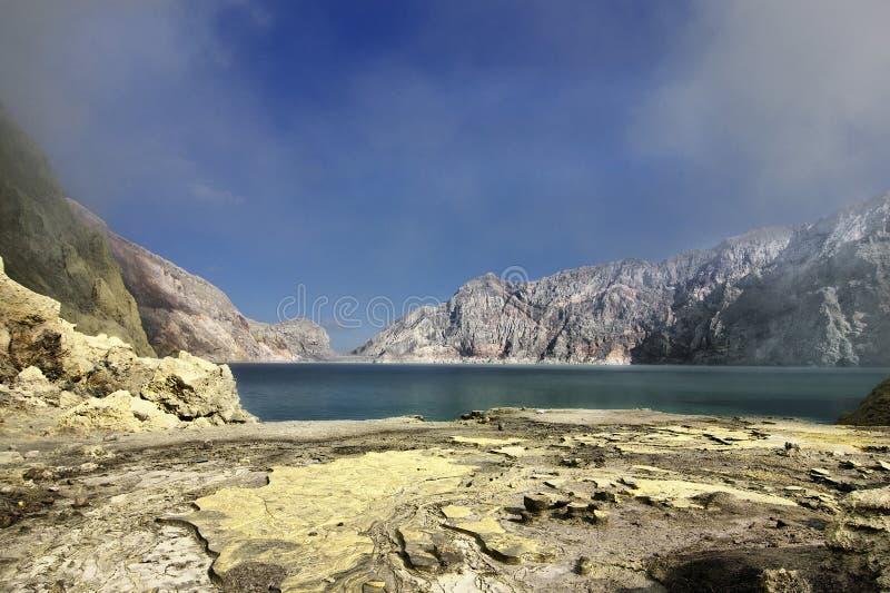 Het zwavelzuurmeer van Ijencrator stock foto